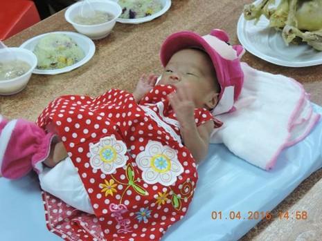 Bệnh viện tổ chức đầy tháng cho bé gái bị bỏ rơi - ảnh 1