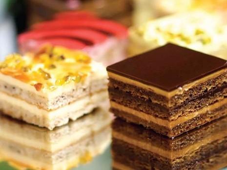 Ăn nhiều bánh ngọt, bánh kem sẽ gây hại cho da. Hình minh họa.