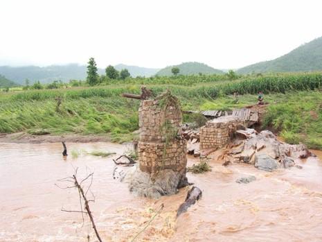 Mưa lớn làm nước suối dâng cao cuốn phăng cây cầu tạm bắc qua suối.
