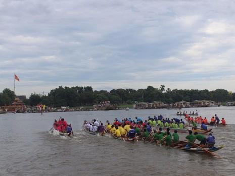 Các đội đua tranh tài quyết liệt ngay từ khi xuất phát.
