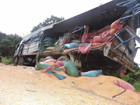 xe tải chở bắp bị đâm