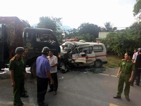 xe cứu hộ tông xe cứu thương