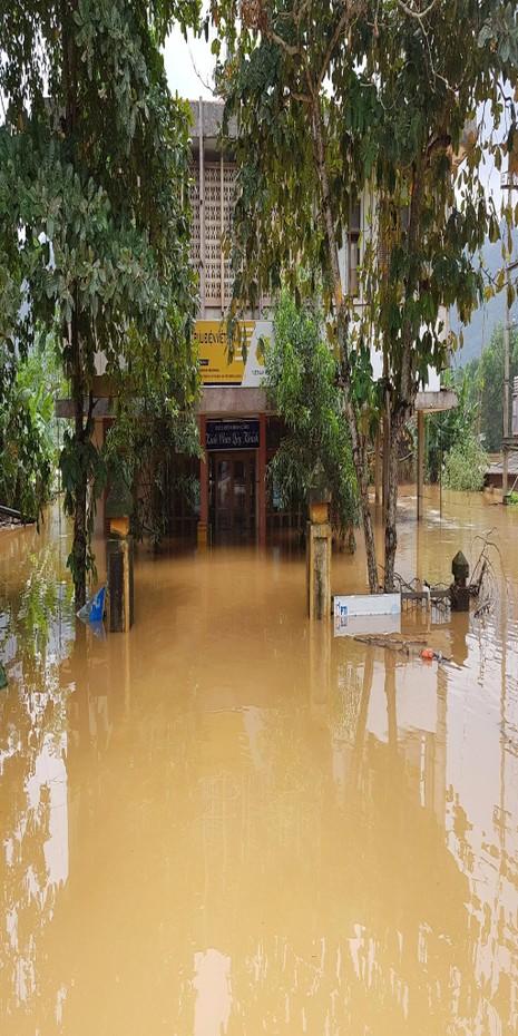 Bưu điện Phong Hóa trong biển nước.