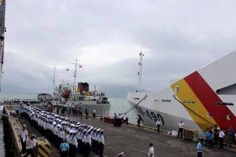 Các chiến sĩ Hải quân nghiêm trang  nhận nhiệm vụ.