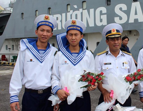 Người lính biển với những bó hoa tươi thắm từ hậu phương gửi tặng.
