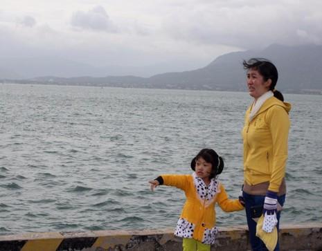 Khoảnh khắc đầy xúc động của 2 mẹ con tiễn ba lên đường.