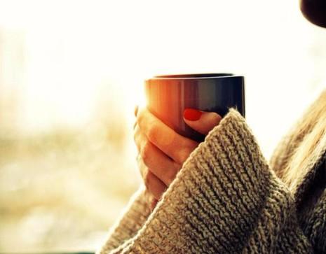 Nên hạn chế sử dụng cà phê trong những ngày đèn đỏ để giảm đau, tức ngực.