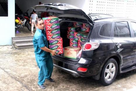 Phường đội hỗ trợ việc nhận quà để phân phát cho bà con.
