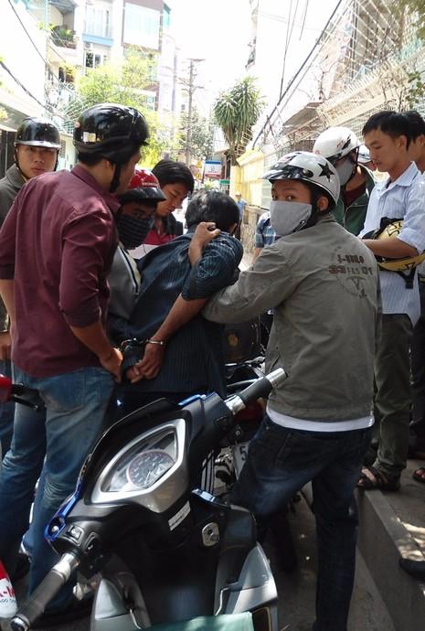 -Lực lượng cảnh sát hình sự đặc nhiệm khống chế bắt giữ cướp giật trên đường phố