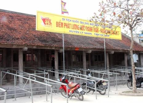 Một điểm phát lương lễ hội phát lương đền Trần Thương