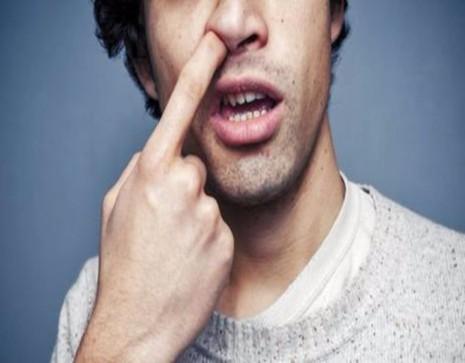 Thói quen ngoáy mũi vừa mất vệ sinh, vừa có thể làm chảy máu mũi, nhiễm trùng.