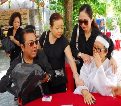 Những người bạn thân thiết chia buồn cùng vợ của NSƯT Thanh Sang