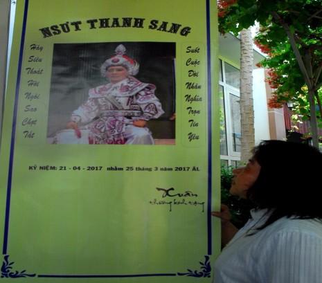 Chị Xuân, một người hâm mộ thân tình tặng những dòng thơ cho gia đình NSƯT Thanh Sang treo nơi tang lễ.