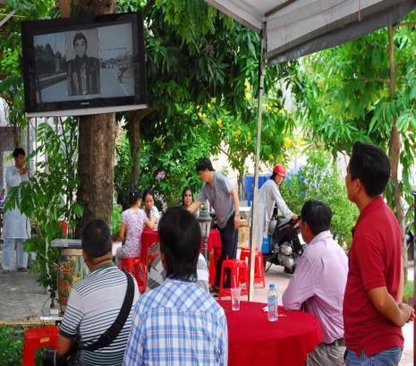 Những người đến viếng lễ tang xem video cuộc đời của NSƯT Thanh Sang