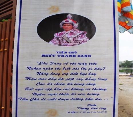 Những dòng thơ của người hâm mộ treo trước cổng nhà NSƯT Thanh Sang