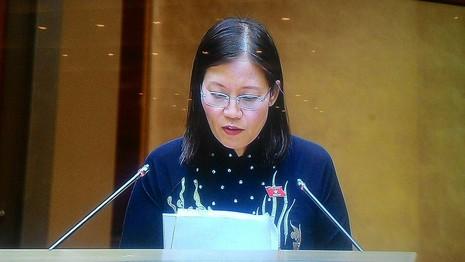 Bà Lê Thị Nga Chủ nhiệm Ủy ban Tư pháp đang đọc báo cáo. Ảnh chụp qua màn hình: TN