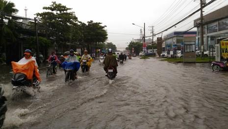 Mưa lớn, nhiều đường ở Cần Thơ lại thành sông - ảnh 6