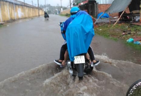 Mưa lớn, nhiều đường ở Cần Thơ lại thành sông - ảnh 2