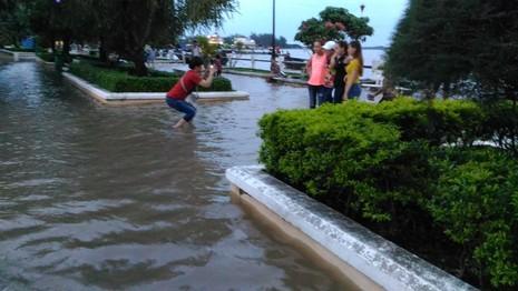 Tranh thủ rửa xe, tập bơi khi triều cường dâng cao - ảnh 6