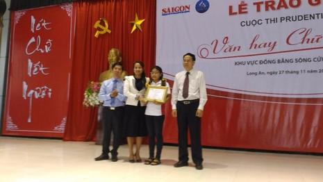 Ban tổ chức trao giải nhất khối 8-9 cho em Nguyễn Ngọc Trúc học sinh Trường thực hành sư phạm Trà Vinh. Ảnh:  N.NAM