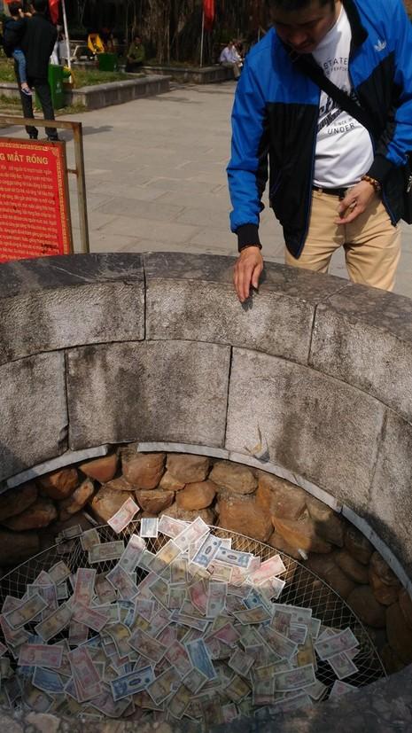 Lại rải tiền lẻ xuống giếng Ngọc 700 năm tuổi - ảnh 2