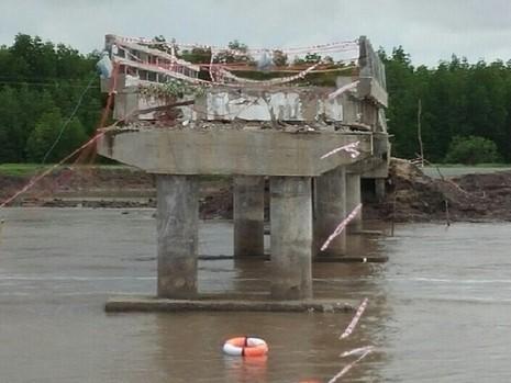 Cầu Ô Rô bị sập 2 nghiệp giữa hoàn toàn xuống sông.