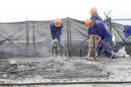 Tòa nhà 8B Lê Trực: 1 tháng nữa sẽ 'cắt ngọn' xong tầng 19 - ảnh 1