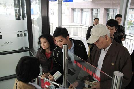 Buýt nhanh BRT Hà Nội: Thu phí vẫn hút khách  - ảnh 1