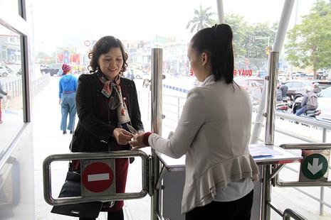 Buýt nhanh BRT Hà Nội: Thu phí vẫn hút khách  - ảnh 2