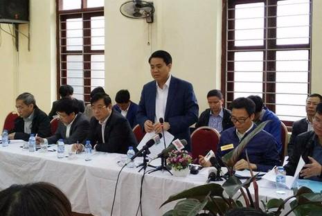 Chủ tịch Hà Nội Nguyễn Đức Chung báo cáo đoàn công tác của Chính phủ về công tác y tế, chăm sóc sức khoẻ  cho người dân trên địa bàn.