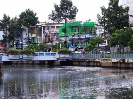 Cấp không khí ngăn cá chết ở kênh Nhiêu Lộc - Thị Nghè - ảnh 1