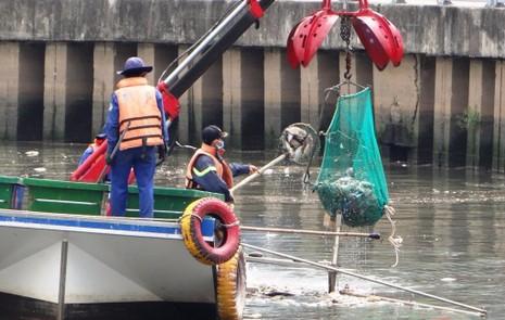 Cấp không khí ngăn cá chết ở kênh Nhiêu Lộc - Thị Nghè - ảnh 2