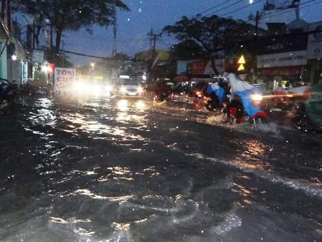 Mưa bất thường, Sài Gòn mùng 6 tết ngập nặng - ảnh 1