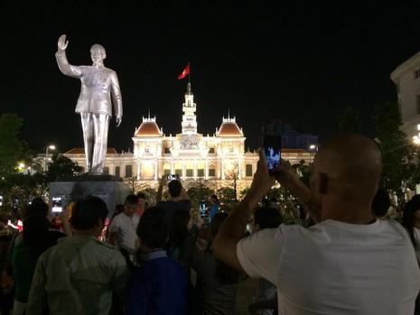 Hàng ngàn người đổ về phố đi bộ đón giao thừa - ảnh 14