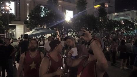 Hàng ngàn người đổ về phố đi bộ đón giao thừa - ảnh 12