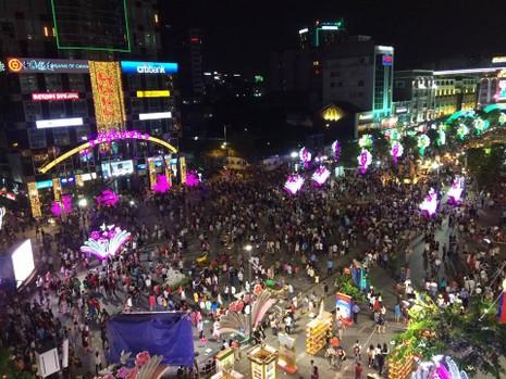 Hàng ngàn người đổ về phố đi bộ đón giao thừa - ảnh 5