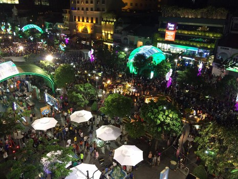Hàng ngàn người đổ về phố đi bộ đón giao thừa - ảnh 6