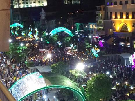 Hàng ngàn người đổ về phố đi bộ đón giao thừa - ảnh 7