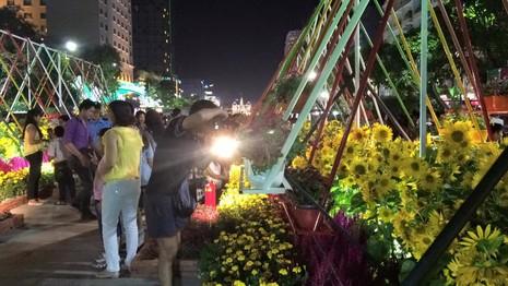 Hàng ngàn người đổ về phố đi bộ đón giao thừa - ảnh 10