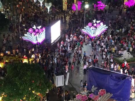 Hàng ngàn người đổ về phố đi bộ đón giao thừa - ảnh 3