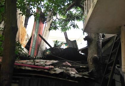 Bê tông đổ ập xuống nhà dân, 13 người thoát chết - ảnh 1