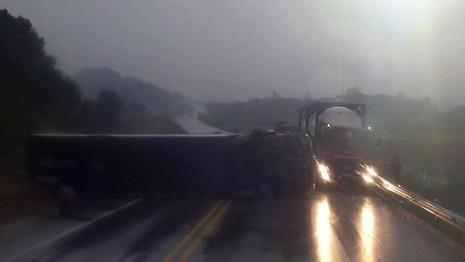 Xe khách mất lái nằm chắn ngang đường cao tốc - ảnh 1