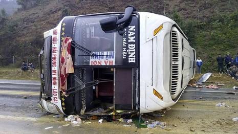 Xe khách mất lái nằm chắn ngang đường cao tốc - ảnh 2