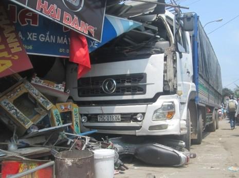 Xe tải gây tai nạn liên hoàn rồi đâm sập nhà dân - ảnh 1