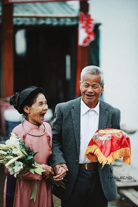 Bộ ảnh cưới của cặp vợ chồng già vớt xác ở sông Hồng - ảnh 14
