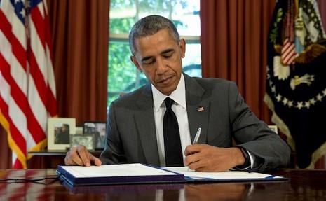 Giải mã hành động tháo nhẫn trước khi bắt tay của ông Obama - ảnh 1