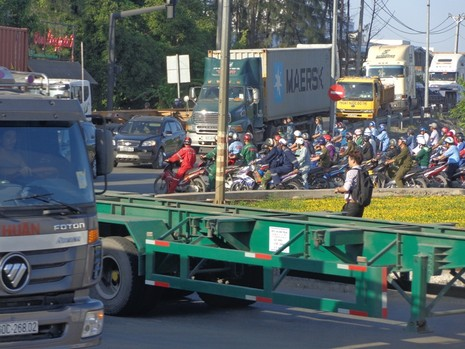 Xe lớn xe nhỏ chen nhau trên đường rất nguy hiểm