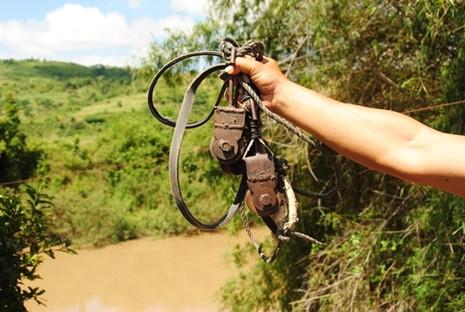 Người dân đu dây cáp qua sông Krông Ana để đi làm nương rẫy khi chưa có cầu treo.