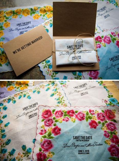 Một chiếc thiệp cưới in trên khăn tay với họa tiết hoa văn tuyệt đẹp, chắc chắn sẽ được cất giữ cẩn thận.