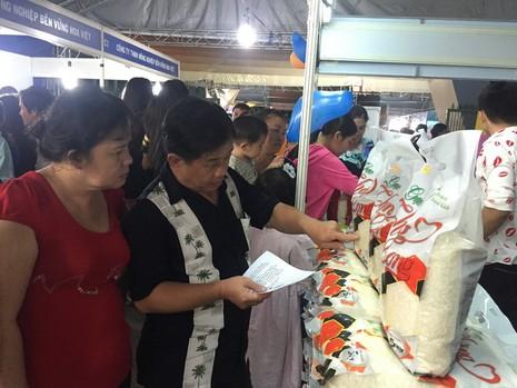 Gạo sạch được nhiều khách hàng quan tâm tại hội chợ.